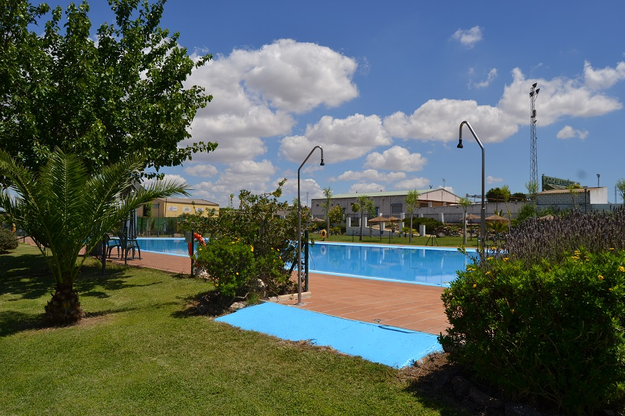 La piscina municipal ya se encuentra abierta al p blico for Piscina municipal caceres